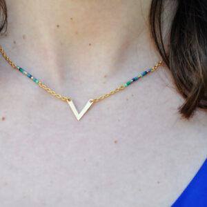 Collier sur modèle doré perles Miuki et pendentif en V