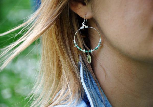 Boucles créoles turquoise, vert clair et argenté avec petite plûme