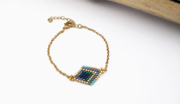 Bracelet tissé losange et chaine doré couleurs doré vert bleu et violet