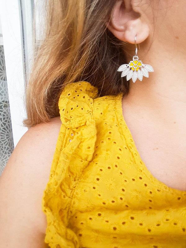 Boucles d'oreilles Flower jaune portées
