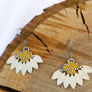 Boucles d'oreilles composées d'un tissage de perles miyuki jaune et argenté assemblée avec un demi cercle en métal aux motifs feuilles