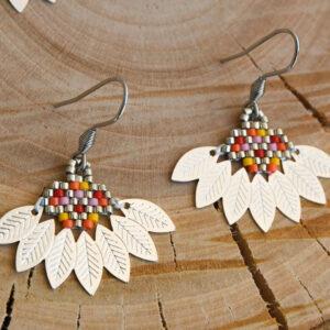 Boucles d'oreilles composées d'un tissage de perles miyuki multicolores et argenté assemblée avec un demi cercle en métal aux motifs feuilles