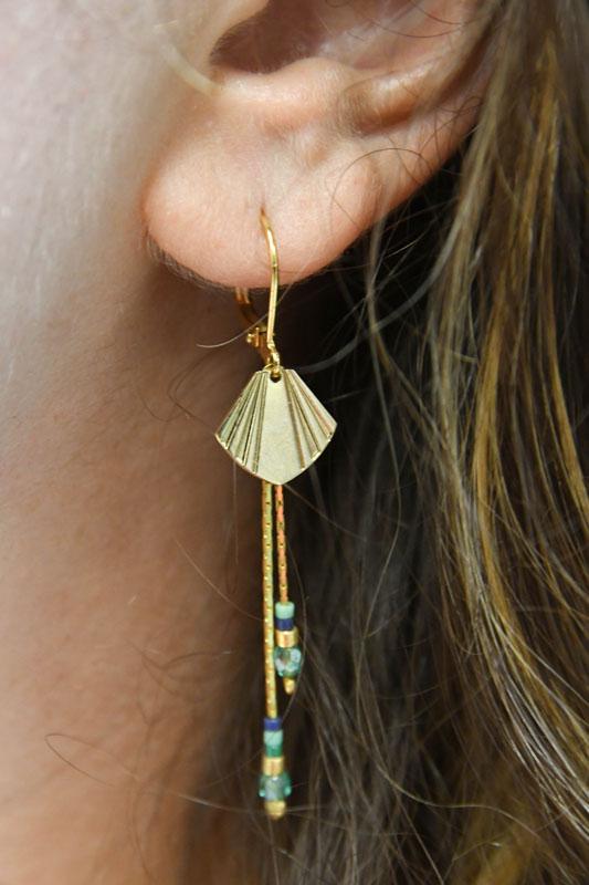 Boucles d'oreilles dormeuses dorées avec breloque en forme de coquillage , avec chaines de perles tombantes