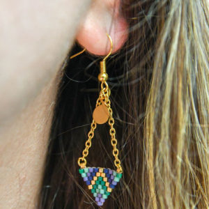 Boucles d'oreilles tombantes chaîne doré et tissage miyuki en forme de triangle