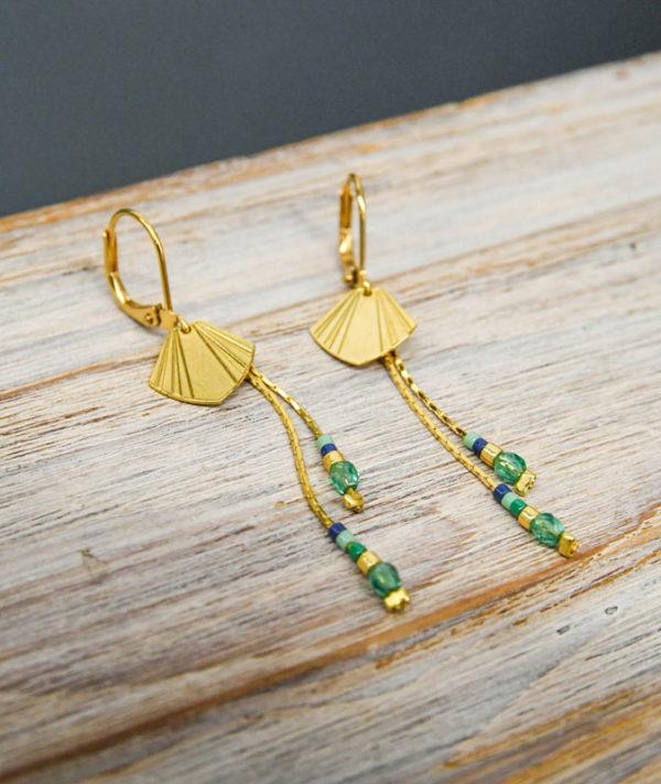 Boucles d'oreilles dormeuse avec medaille en forme de coquillage , avec chaines de perles tombantes