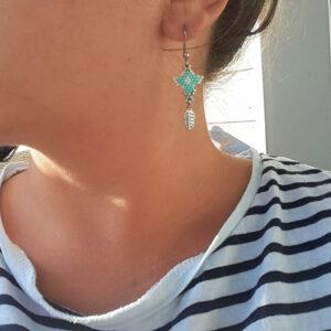 Boucles d'oreilles Blue Lake bleus verts clairs tissage ethnique et plûme
