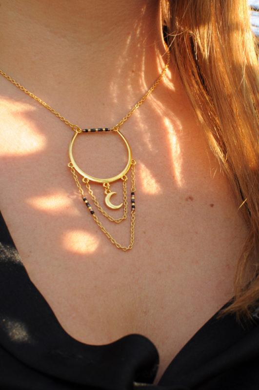 Collier original chaîne dorée et apprêts dorées à l'or fin pendentif lune