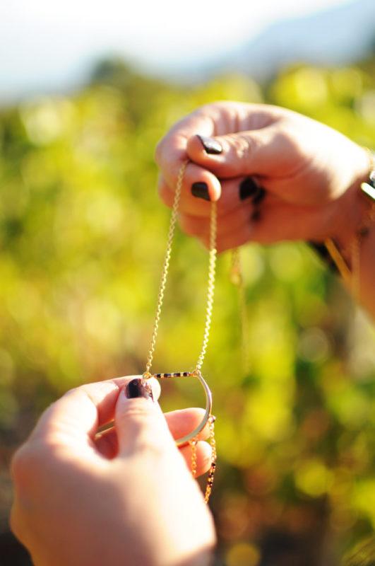 Collier tenu dans la main chaine dorées perles Miyuki classe