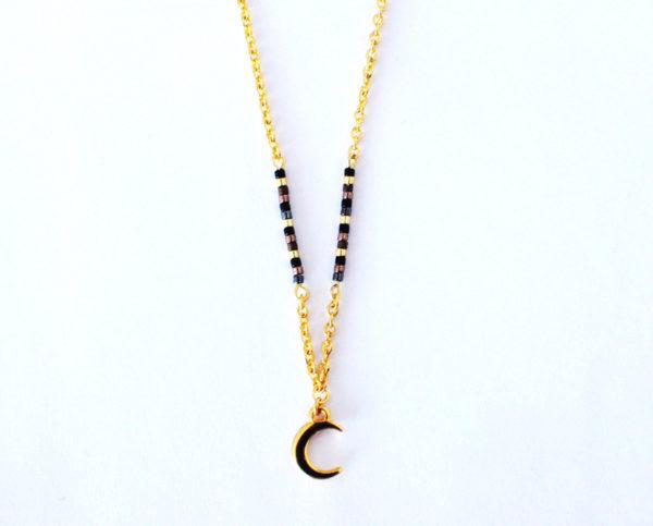 Collier Poussières d'étoiles perles miyuki noires et dorées chaîne dorée et pendentif lune