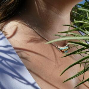 Collier porté pastel avec tissage sur métal et petites breloques en forme de pic