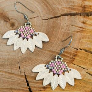 Boucles d'oreilles composées d'un tissage de perles miyuki rose et argenté assemblé avec un demi cercle en métal aux motifs feuilles