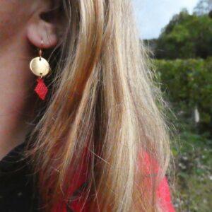 Boucle tissage et métal forme losange et rond rouge porté