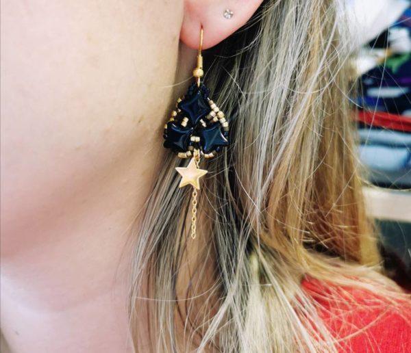 boucles d'oreilles légères étoiles doré noir tissé