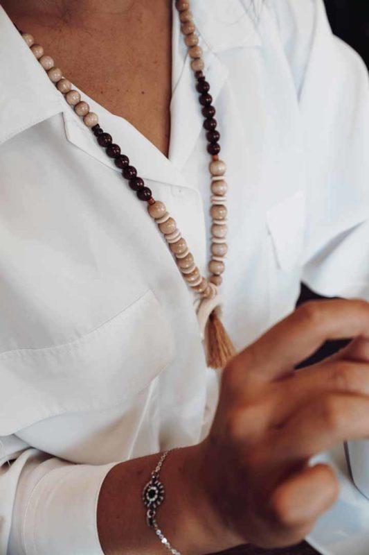 collier perles bois corne pompon