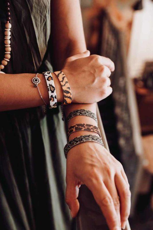 ensemble de bracelets tissés portés
