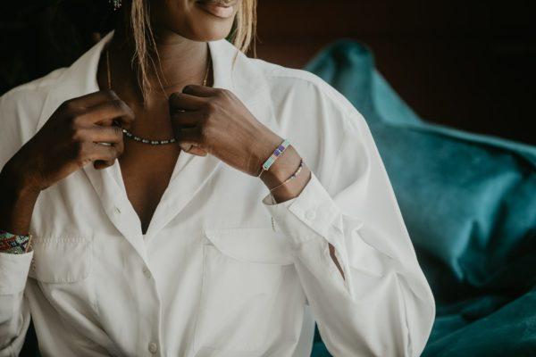 ensemble bracelet portée chemise blanche
