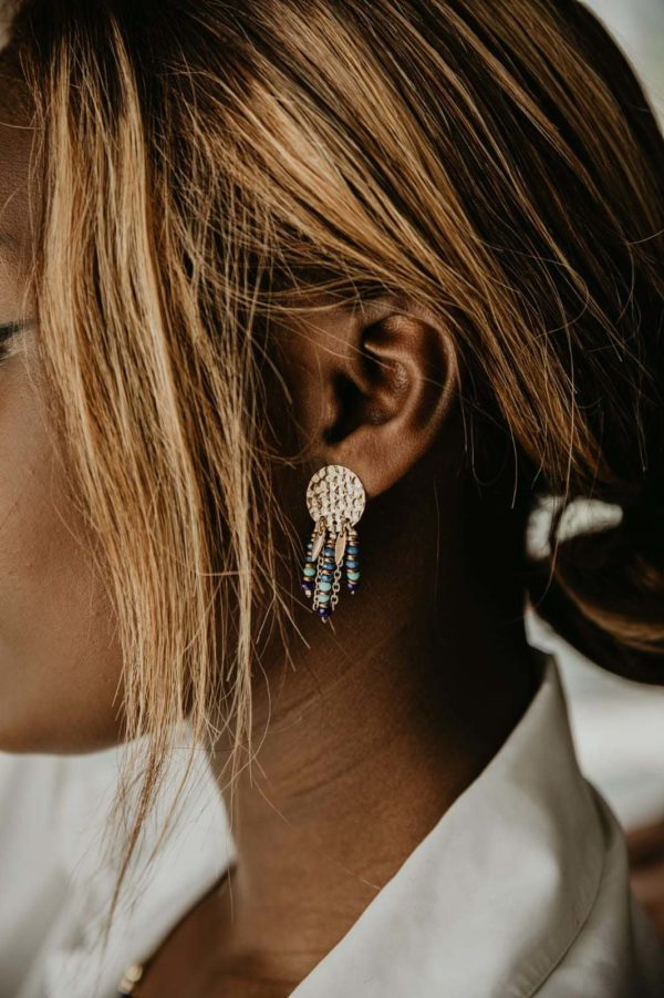 boucles d'oreilles doré martelé portées